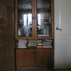 Продам шкаф со стеклянными дверцами.