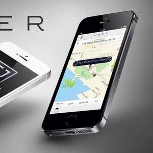 Водитель в такси Убер